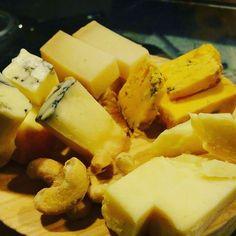 @tabernaladichosa #madrid Cómo nos puede gustar tanto el queso español? Será que en España hay grandes elaboradores de queso tanto de oveja como de cabra como de vaca? O será porque son un básico de la gastronomía?  Sea cual sea el motivo en La Dichosa los disfrutamos mucho y os ofrecemos dos opciones: tabla mini (de tres tipos) o tabla maxi (de seis tipos). El acompañamiento al gusto! #ladichosa #masqueunataberna #queso #tabladequesos #pinchos #tapas #vino #cerveza #cervezacasera #vermut…