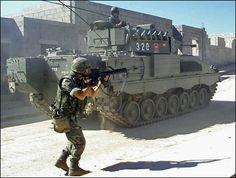 Vehículo de combate Pizarro durante unas maniobras de infantería mecanizada