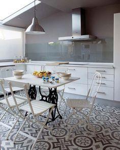 Cocina moderna con suelo hidráulico. Cuisine moderne, sol en carreaux de ciment coloré