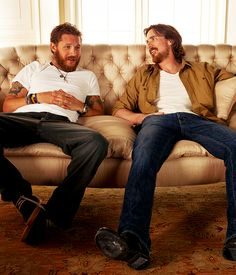 Sometimes Batman and Bane just hang out on a couch and grow their beards, cause they can. [ Christian Bale & Tom Hardy] I love Tom hardy! But Tom hardy with a beard! Xavier Bardem, Look At You, How To Look Better, Beautiful Men, Beautiful People, Nananana Batman, Batman Begins, Raining Men, Man Fashion