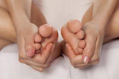 mujer haciéndose masajes en los pies