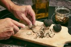 Oh, the truffle! That distinctive taste that can transform almost any dish into a culinary delight. There are many myths that surround this legendary mushroom, but these anecdotes are tales of truth, believe it or not! Wine Subscription, Black Truffle, Truffles, Stuffed Mushrooms, Treats, Dishes, Canning, Food, Small Balloons