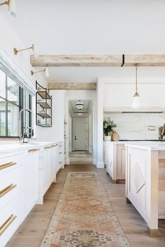 This weeks inspired interior is a Kate Marker home tour. Worn woods, clean lines and cozy details, make up the perfect interpretation of modern farmhouse. Home Renovation, Home Remodeling, Kitchen Interior, Kitchen Design, Kitchen Ideas, White House Interior, Minimalist Home Interior, Interior Plants, Layout Design