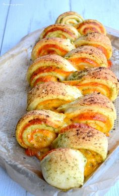 Pain au cheddar, à l'ail & aux herbes : la recette facile (Cheddar bread with garlic and herbs) The recipe is in French but you can have it translated on the page easily enough), Cheddar, Tapas, Pan Relleno, Herb Bread, Bread And Pastries, Finger Foods, Food Inspiration, Love Food, Food To Make