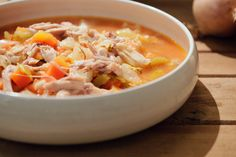 Jeroen is dol op deze dikke groentesoep die zijn vrouw regelmatig voor hem maakt. Het is een maaltijdsoep waarbij je geen bouillon gebruikt, maar de kippenbillen en groenten rechtstreeks smaak afgeven. De bonen in tomatensaus maken de soep extra dik en vullend. Door de koolhydraten in de bonen wordt het bovendien een volwaardige maaltijd.