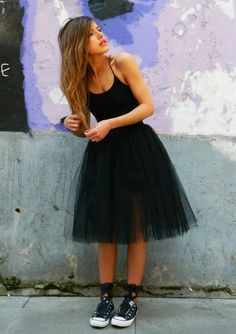 Street style | Black tulle skirt with Converse and ribbons