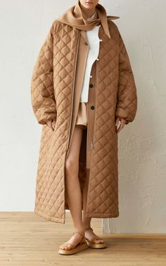 This **Jil Sander** Green Bay Cashmere Coat features a notched collar and knee length hem. Layered Fashion, Pop Fashion, Winter Fashion, Fashion Outfits, Fashion Design, Fashion Trends, Long Quilted Coat, Cashmere Coat, Long Jackets
