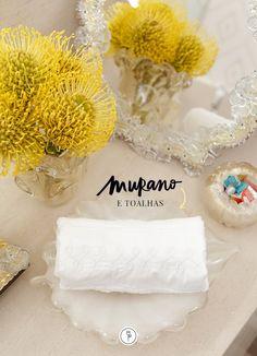 Podemos disponibilizar mais de uma toalha em nosso lavabo, para que seu uso se mantenha o mais higiênico possível. Aqui, deixamos uma toalha branca separadaem um lugar especial, em umcentrinho branco com ouro em formato de folha, feito à mão, assim como todos os cristais de Murano.