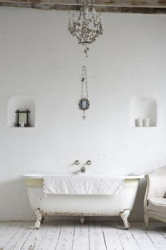 badkamer in wit met oud bad op pootjes | luxury white bathroom with freestanding bath