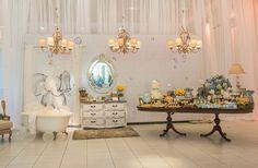 Um charme o tema deste chá de bebê produzido por Tanya Ziff – Estúdio de Festas (clique): Quarto de banho do Elefantinho!! Em tons suaves de azul, com uma pitada de amarelo e branco, o elefantinho recebeu a compania do patinho de borrcha e muitas bolinhas de sabão. Os doces foram os responsaveis por imprimir …