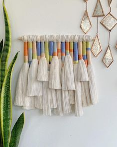 Yarn Wall Art, Diy Wall Art, Macrame Design, Macrame Art, Weaving Wall Hanging, Hanging Wall Art, Diy Craft Projects, Diy Crafts, How To Make Tassels