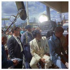 1967 11 22 Clambake = Elvis Presley  et des visiteurs durant le film