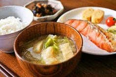 まさに王道なおうち定食。焼き鮭にこちらまで甘みが届きそうなキャベツとお揚げのお味噌汁。しあわせな食卓のワンシーンですね。