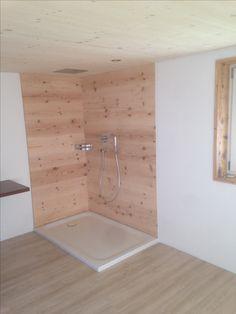 Dusche (mit Regendusche) mit geölter Altholzverkleidung. Shower with wooden wall