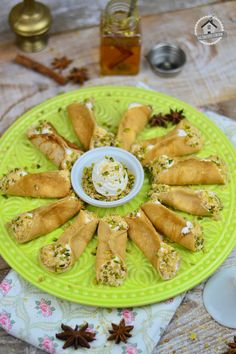 Atayef - Gefüllte Pancakes mit Mandelcreme und Pistazien-Kokos-Knusper | Das Knusperstübchen Crepes, Asian Recipes, Ethnic Recipes, Dessert Recipes, Desserts, Snacks, Yummy Food, Sweets, Dinner
