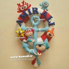 . حلقه اسم پسرونه با تم دریایی و دزدان دریایی مهربون . . توی پست بعدی آویز… Felt Wreath, Felt Garland, Crafts To Make, Crafts For Kids, Felt Crafts Patterns, Felt Baby, Diy Presents, Disney Crafts, Felt Fabric