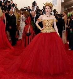 """Fashion as an art form: Karen Elson in Dolce and Gabbana Alta Modagilded gold corset top red tull gown at the Metropolitan Museum of Art Costume Institute Gala 2015 """"China: Through the Looking Glass"""". Karen Elson, Celebrity Red Carpet, Celebrity Dresses, Celebrity Style, Dolce & Gabbana, Vogue, Fashion Calendar, Met Gala Red Carpet, Star Wars"""