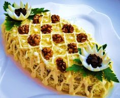 Новогодние салаты  Салат делать слоями:    1-чернослив мелко порезать,    2-отварную курицу мелко порезать +майонез,    3-пекинскую капусту мелко порезать +майонез,    4-обжаренные шампиньоны с луком,    5-отварные яйца натереть на терке+майонез,    6-сыр натереть на терке,    7-орехи грецкие.