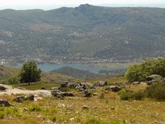 Magníficas vistas al pantano de Plasencia se disfrutan desde la carretera que une El Torno con Cabezabellosa.