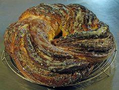Couronne fourrée à la pâte d'amande et pistaches.  Pâte feuilletée levée (danoise). Moselle.  France.