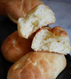 Une recette de petits pains au lait sans gluten qui raviront petits et grands gourmands ! Et oui, rien de mieux que ces petites gourmandises pour commencer le dimanche en beauté. Ici ma version est sans gluten et sans lactose mais si vous n'avez pas d'intolérances particulière, ne pas hésiter …