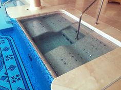 Relaxion bed with air massage into the spa, by Piscinas Godo. http://piscinasgodo.com/proyectos/proyecto-bisazza-etoiles-blue/