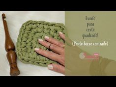 Nesse vídeo ensino a fazer um ponto fantasia onde é usado o ponto baixo centrado e um ponto baixo por trás. Fácil e de lindo efeito. Link do vídeo onde ensin... Crochet Clutch Pattern, Crochet Motif, Crochet Stitches, Crochet Patterns, Crochet Video, Crochet Box, Crochet Hats, Crochet Handbags, Crochet Purses
