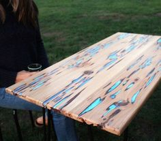 """Bajo el nombre de """"Glow Table"""", se presenta esta mesa de madera cuyo diseño es bastante innovador, ya que durante el día funciona de manera regular para comer, mientras que en la noche funge como una """"lámpara"""" gracias a una serie de cristales incrustados."""