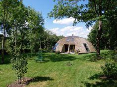 Optisch erinnert das Kuppelhaus stark an einen Bienenstock. Seine organische Form und die Verwendung reiner Naturmaterialien machen es zu einer wahren Wohlfühl-Oase für die ganze Familie. https://www.homify.de/ideenbuecher/35861/das-bienenstock-haus