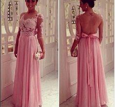 Vestido longo, claro, com bordados
