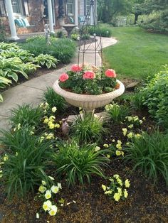 52 Fresh Front Yard and Backyard Landscaping Ideas for 2019 Salmon and Yellowa cheery combo. The post 52 Fresh Front Yard and Backyard Landscaping Ideas for 2019 appeared first on Garden Easy. Garden Yard Ideas, Lawn And Garden, Spring Garden, Backyard Ideas, Front Yard Garden Design, Pool Ideas, Landscaping Supplies, Front Yard Landscaping, Backyard Landscaping