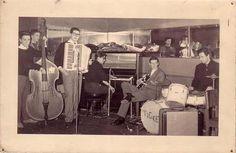 Tigres, conjunto pré-yé-yé de Coimbra (1960/61) formado por Amândio Cruz (piano), Frias Gonçalves (viola), António Oliveira Santos (acordeão), Zé Carlos (bateria) e Abílio Soares (contrabaixo).