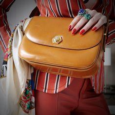 blazer Gucci vintage, camiseta Tatiana Loureiro, calça Nk Store, bolsa Celine vintage, lenço Chanel vintage, anéis e colares Marisa Clermann, brincos Sara Joias