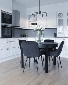 Living Room Kitchen, Interior Design Kitchen, Interior Design Living Room, Living Room Designs, Living Room Decor, Kitchen Decor, Black Round Table, Dining Area, Dining Chairs