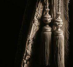 Collection Galliera -  Collection de passementeries haut de gamme, spectaculaire par la luxuriance de ses précieux ornements et de ses tissages à la main. Une délicate frange à migrets, une frange moulinée, une embrasse travaillée dans le détail… des modèles classiques XVIIIe revisités avec des aspects métallisés or ou argent et déclinés dans 12 coloris.