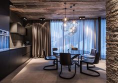 Hotel Zhero Ischgl Kappl combines upscale luxury, comfort, innovative design with a world-class mountain retreat for the ultimate alpine experience. Visual Merchandising, Hotels, Hotel Interiors, Black Interiors, Home Board, Majorca, Design Furniture, Stores, Wood Table