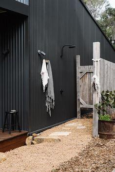 Une maison noire en Australie pour une designer textile - PLANETE DECO a homes world Black Shed, Black Barn, Black House, Modern Barn House, Modern Shed, Shed Design, House Design, Bar Patio, Magazine Deco