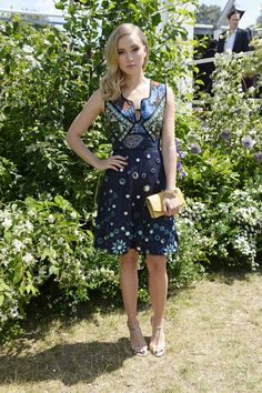 Suki Waterhouse en robe Burberry garden party
