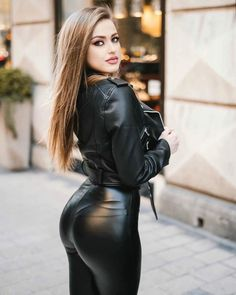 If you love nice girls in leggings with sexy asses, please photograph them and share them with me. Wet Look Leggings, Shiny Leggings, Looks Pinterest, Mädchen In Bikinis, Leder Outfits, Women's Dresses, Leather Fashion, Gorgeous Women, Beautiful