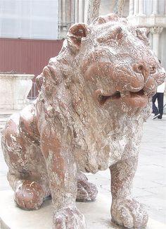 leone di pietra rosso