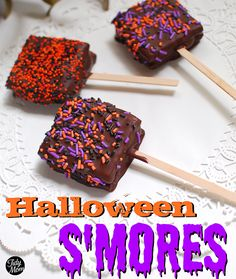 Halloween or anytime smores on a stick. Perfect for a bake sale. Halloween or anytime smores on a stick. Perfect for a bake sale. Halloween Goodies, Halloween Snacks, Halloween Party, Happy Halloween, Halloween Favors, Halloween Recipe, Homemade Halloween, Halloween 2017, Halloween Stuff