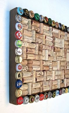 Tablica korkowa z ramą wykonaną z kapsli/ Wine cork & beer cap bulletin board for the wine geek by Lolailo!I collect corks, hubby collects caps. Perfect project to utilize both!Utilized Grape Corks for to buy online for use for work tasks like grape sto Bottle Cap Projects, Wine Cork Projects, Bottle Cap Crafts, Craft Projects, Craft Ideas, Beer Cap Crafts, Wine Cork Crafts, Wood Crafts, Wine Cork Art