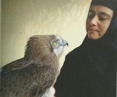 Mère Hypandia, avec un cicaète Jean-le-Blanc blessé recueilli par les moniales du monastère de Solan