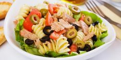A tuna pasta salad is one of the easiest and tastiest salads to prepare. In your pasta salad bowl you can combine many fresh ingredients to create a delicious summer salad which you can serve either warm or cold. Tomato Pasta Salad, Tuna Pasta, Pasta Salad Recipes, Seafood Recipes, Chicken Salad, Dinner Recipes Easy Quick, Lunch Recipes, Healthy Recipes, Cold Pasta