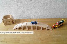 tolle Brücke für Autos zum Spielen für Kinder, gebaut mit den Fröbelbausteinen der Spielgabe 6