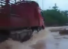 Is this truck aspiring to be a submarine? - Watch this tremendous crossing fail!