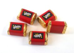 These tiny Wonka labels are created to fit on Hershey nugget candy bars. They are an adhesive sticker, so you just peel off the back and wrap it around the little hershey nugget bar. Fill up a bowl with these at your next wonka themed party! Wonka Wonka, Willy Wonka, Hershey Nugget, Party Themes, Party Ideas, Chocolate Factory, Candy Bars, Vintage Marketplace, 4th Birthday Parties