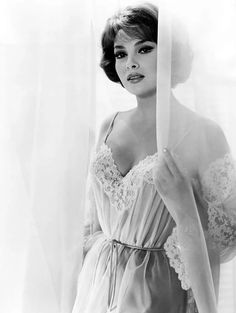 Picture of Gina Lollobrigida Hollywood Icons, Old Hollywood Glamour, Golden Age Of Hollywood, Vintage Hollywood, Hollywood Stars, Hollywood Actresses, Classic Hollywood, Gina Lollobrigida, Sophia Loren