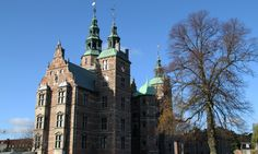 The trees may loose their leafs during autumn, but Rosenborg Castle never looses its beauty. Copyright: Rosenborg Castle / Rosenborg Slot