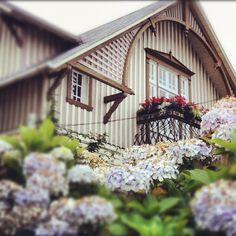 Casa alemana en Frutillar Sur Chile, My Dream Home, Floral Wreath, To Go, Wreaths, House Styles, Decor, German Houses, Bass Guitars